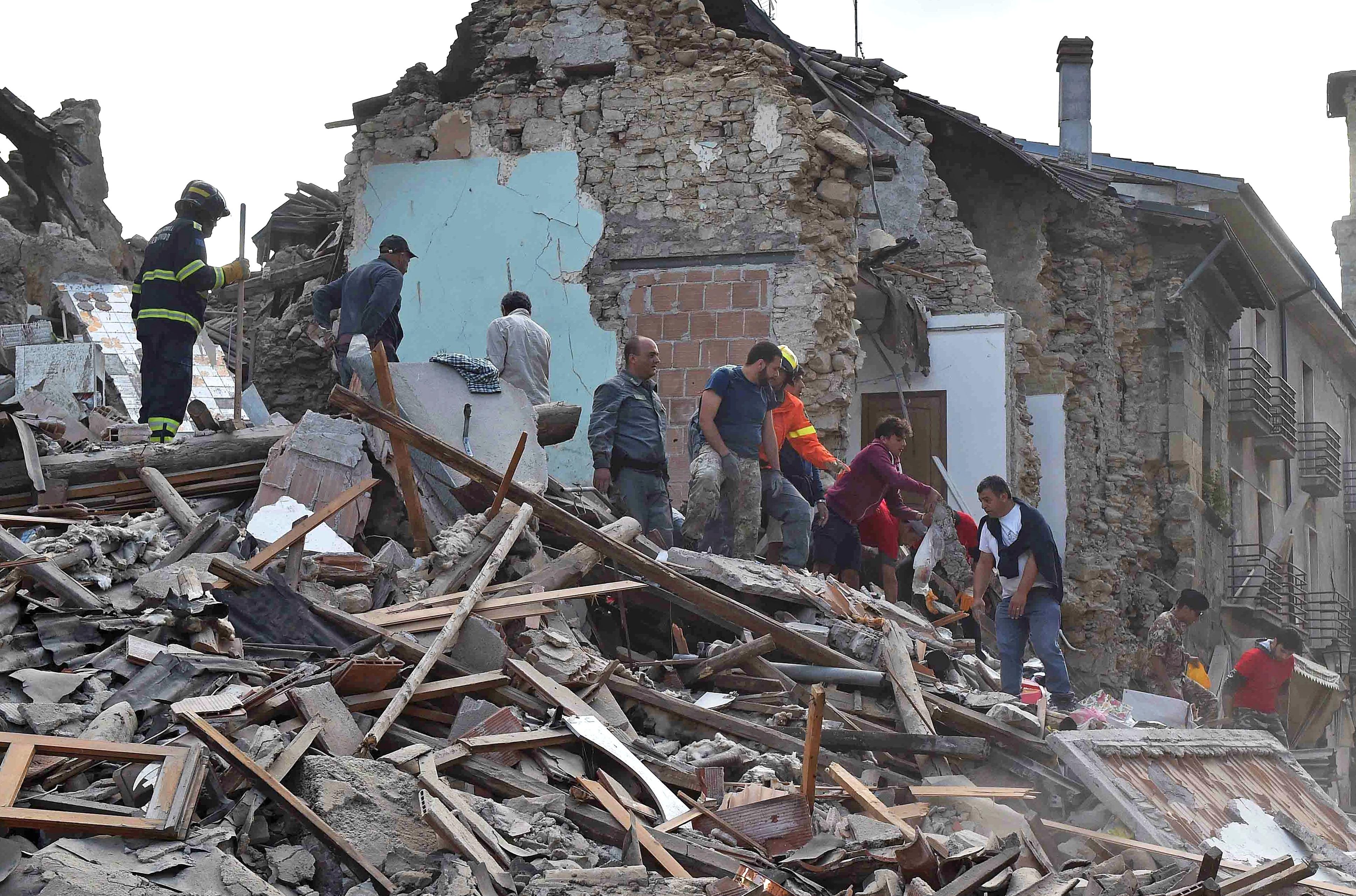 רעידת אדמה בישראל: איטליה: היסטוריה של רעידות אדמה, שיטפונות והתפרצות