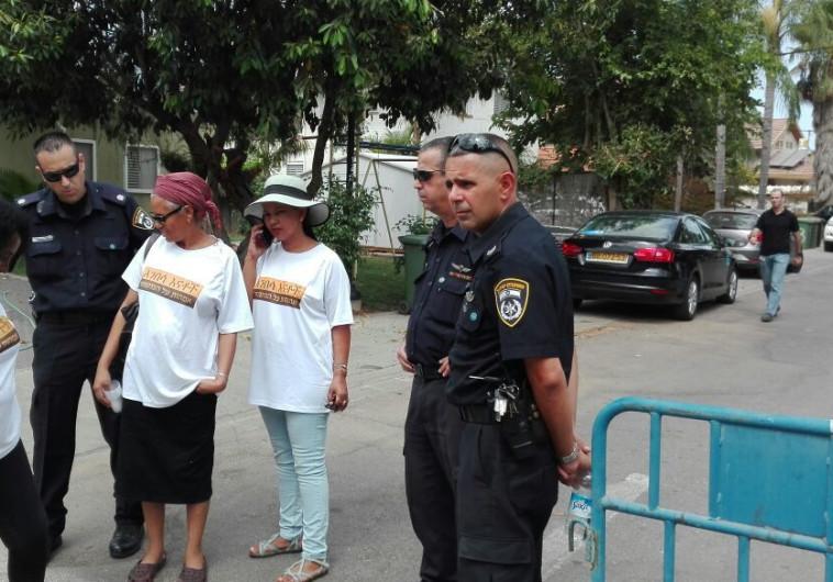 משמרת המחאה מול ביתו של השר ארדן