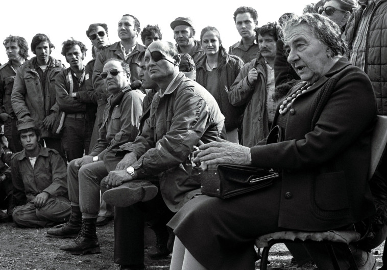 גולדה מאיר ומשה דיין עם חיילים בגולן במלחמת יום כיפור