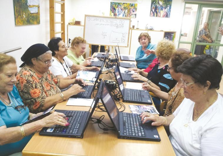 קשישות לומדות מחשבים