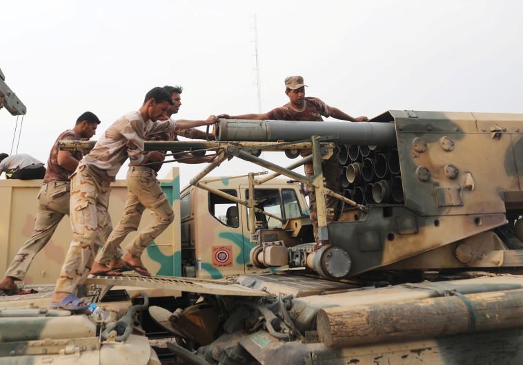 הכוחות המיוחדים של צבא עיראק מטעינים משגר רקטות
