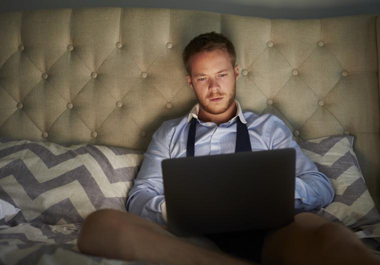 גבר עם מחשב נייד, צילום אילוסטרציה