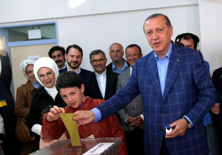 ארדואן מצביע במשאל העם בטורקיה