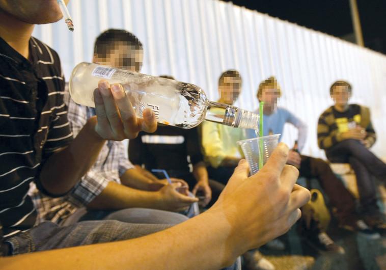 בני נוער שותים אלכוהול, צילום אילוסטרציה