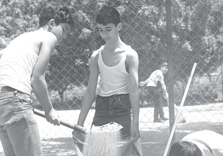 נערים ממלאים שקי חול בתקופת ההמתנה. בחזית נלחמו, ואני קיבלתי 14 זריקות בבטן