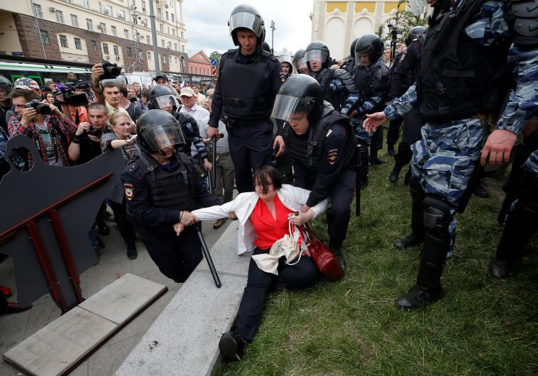 """מאות בני אדם נעצרו בהפגנות נגד פוטין ברוסיה, יו""""ר האופוזיציה ביניהם"""