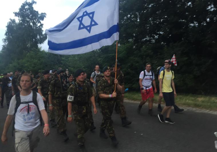 חיילים עם דגל ישראל בצעדת ארבעת הימים