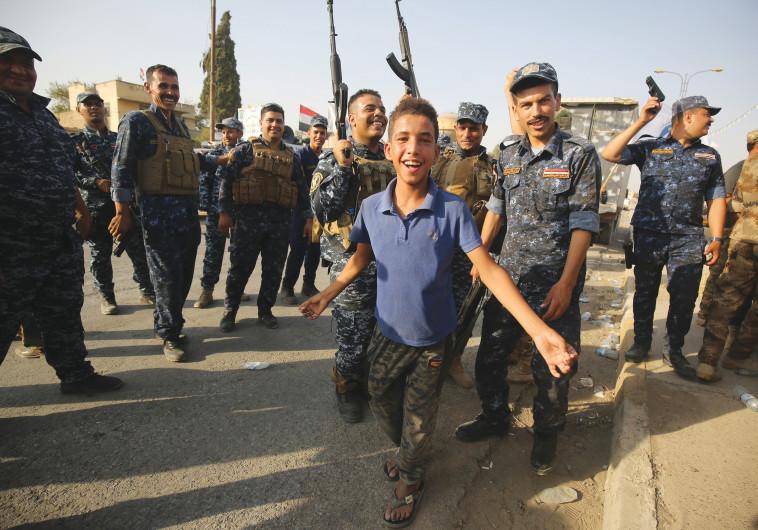 תושבים וחיילים בעיראק חוגגים את שחרור מוסול