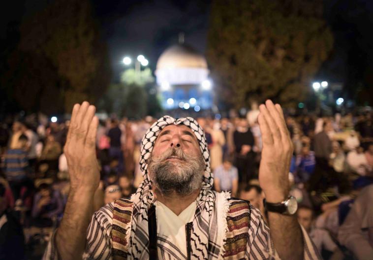 מתפללים ליד מסגד אל אקצא