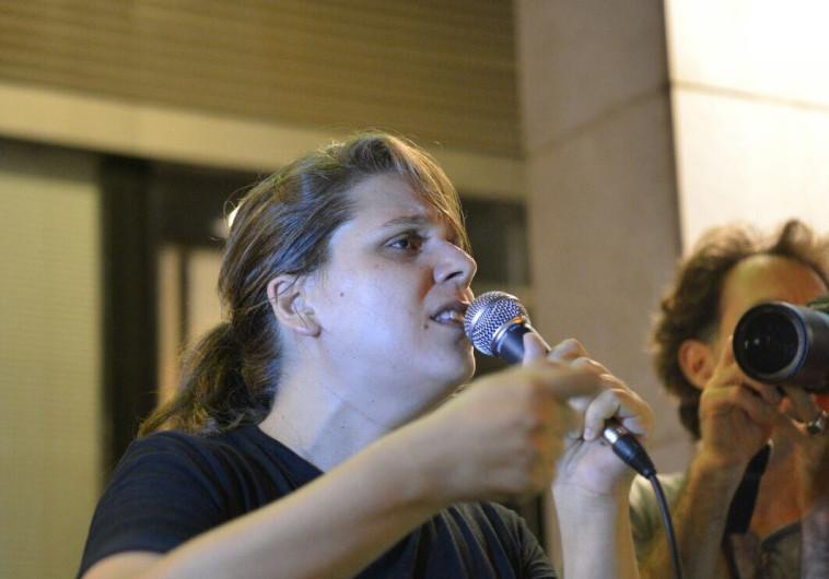 """דפני ליף בהפגנה מול בית היועמ""""ש: """"האנשים בסביבת נתניהו סותמים כי הם מפחדים שיגיעו אליהם"""""""