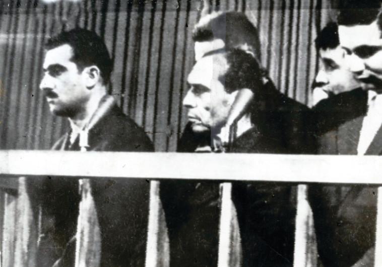 אלי כהן, ראשון משמאל, בבית הדין בסוריה