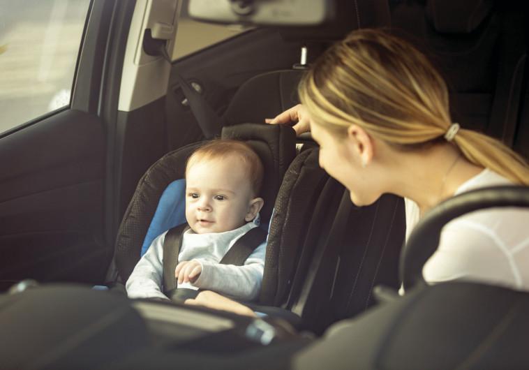 תינוק עם אמו ברכב