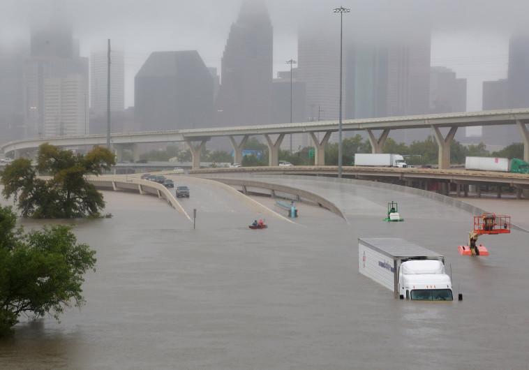 """הכביש המהיר 45 ביוסטון שקוע במים בגלל הוריקן """"הארווי"""""""