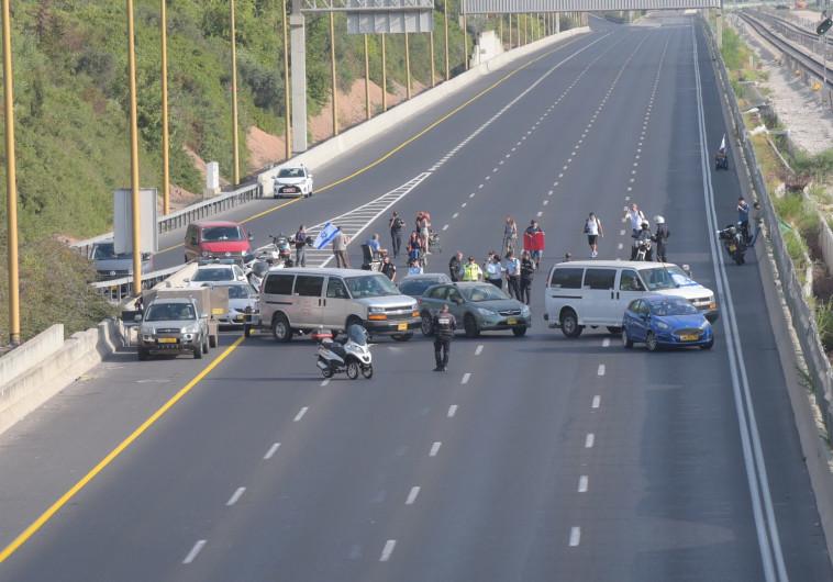 המשטרה רומזת כי לא תאפשר לנכים להמשיך לחסום כבישים
