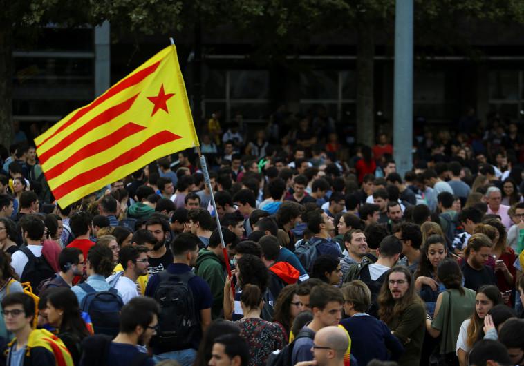 סטודנטים מניפים את דגל קטלוניה בברצלונה
