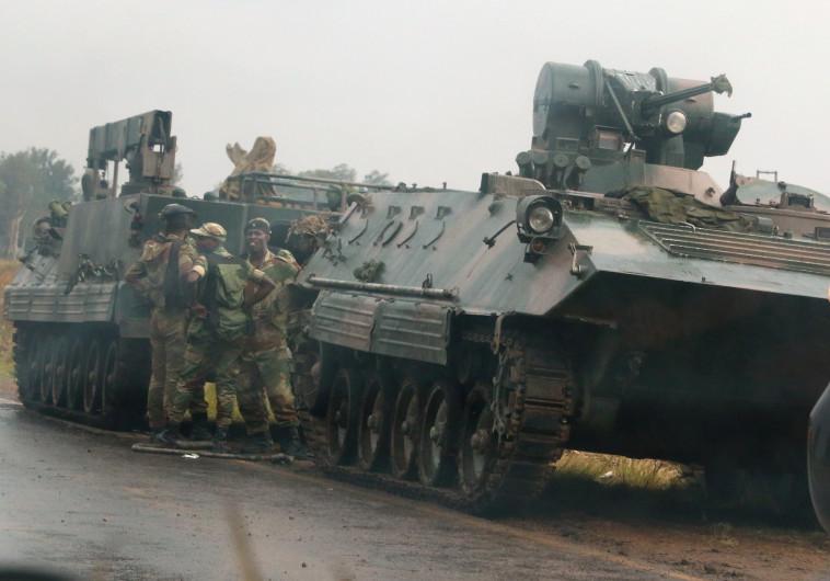משוריינים של צבא זימבבואה מחוץ לבירה הארארה