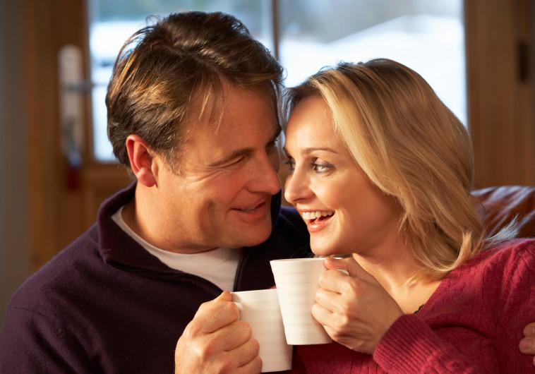 זוג שותה קפה על הספה, אילוסטרציה