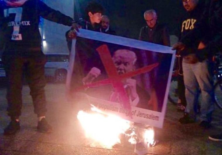 פלסטינים שורפים את תמונת טראמפ