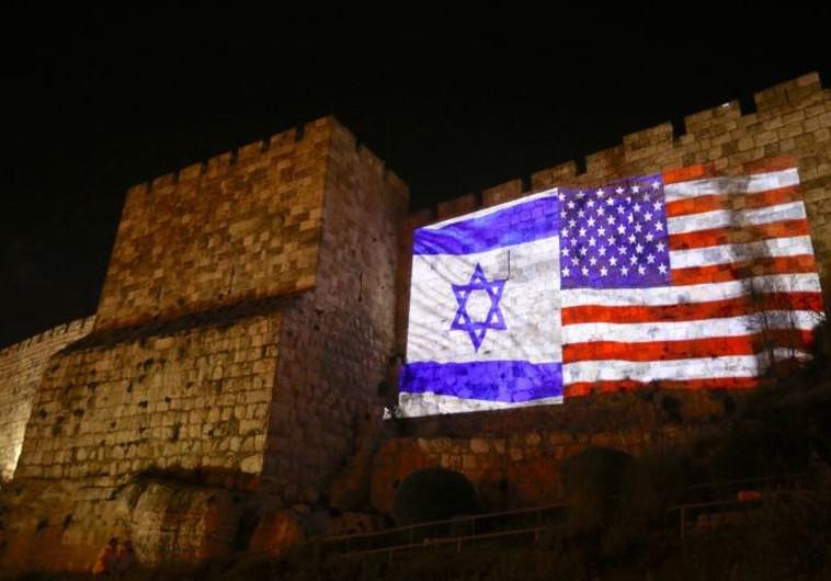 """חומות העיר העתיקה מוארות בצבע דגלי ארה""""ב וישראל"""