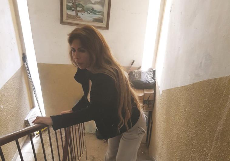 מירב שוע בחדר המדרגות