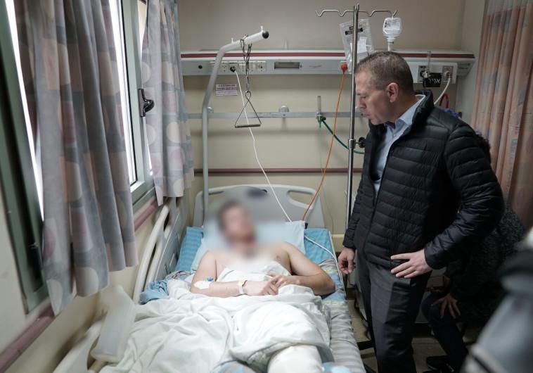 """השר גלעד ארדן מבקר את פצועי הפעולה בג'נין. צילום: דוברות מג""""ב"""