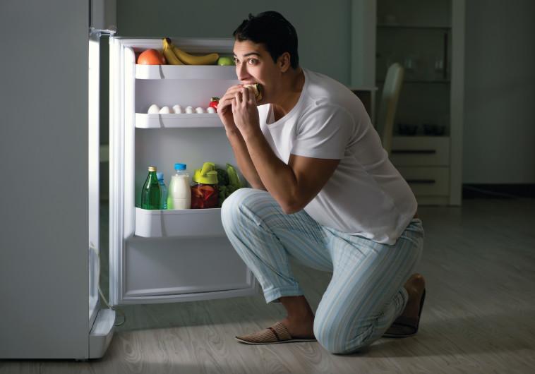 גבר אוכל מול המקרר בלילה, אילוסטרציה