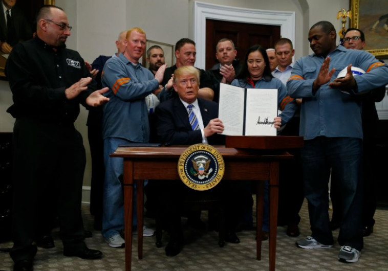 נשיא ארצות הברית חותם על הצו הנשיאותי