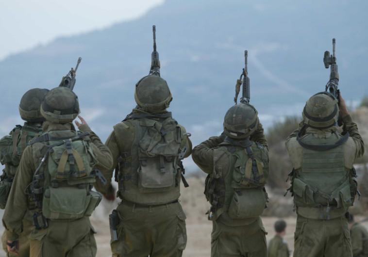 """חיילי צה""""ל בפריקת נשקים (למצולמים אין קשר לכתבה)"""