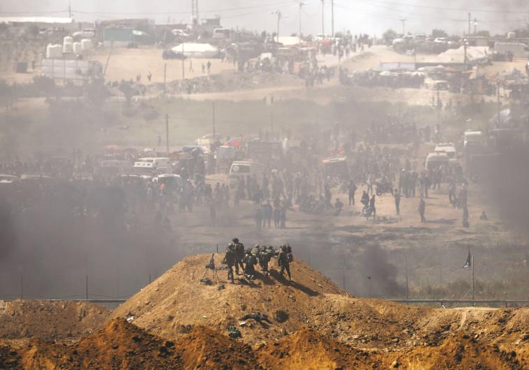 """חיילי צה""""ל מול מפגינים פלסטינים בגדר רצועת עזה"""