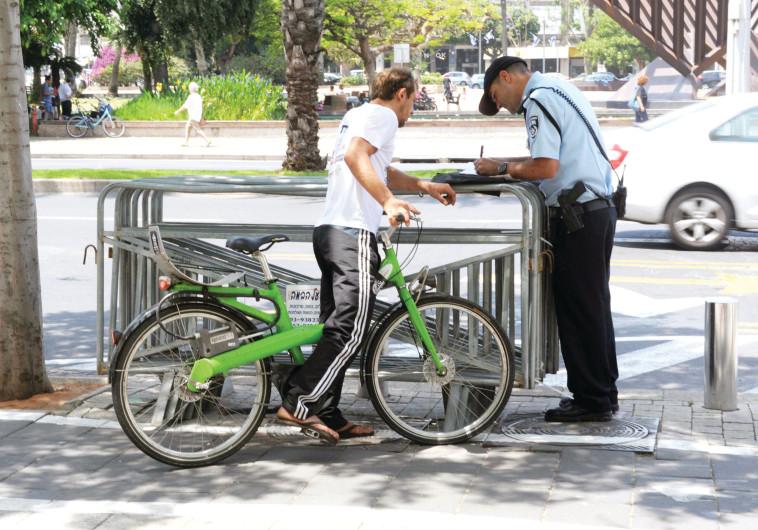 פקח רושם דוח לרוכב אופניים, ארכיון