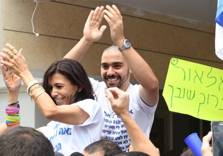 אלאור אזריה ואמו אושרה חוגגים את שחרורו