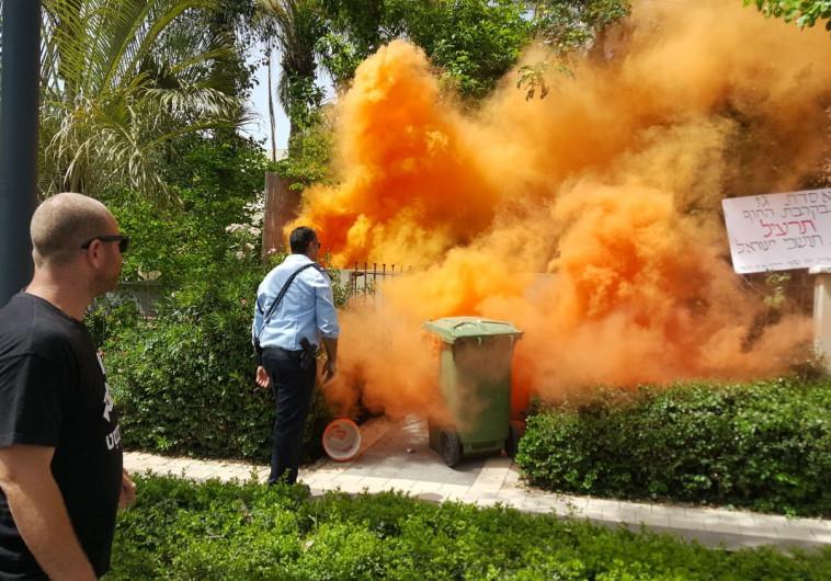 אבוקת עשן סמוך לבית ראש הממשלה בקיסריה