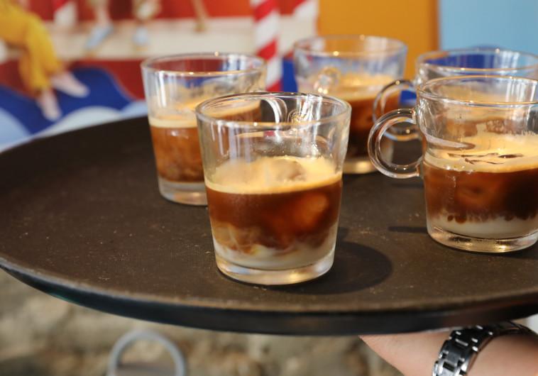 קרירות רגשית: קפה קר של קיץ