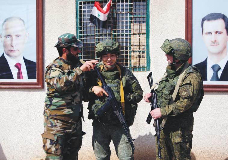 חיילים רוסים וחייל סורי בדמשק, במרץ האחרון