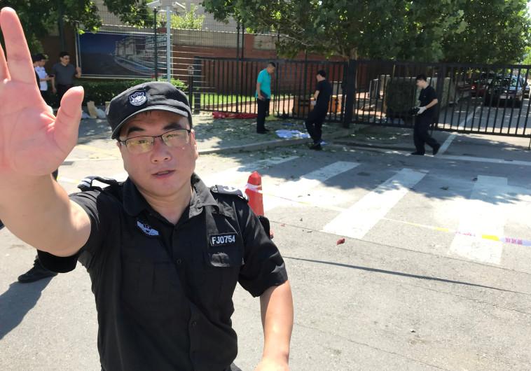 """שוטר מחוץ לשגרירות ארה""""ב בבייג'ינג"""