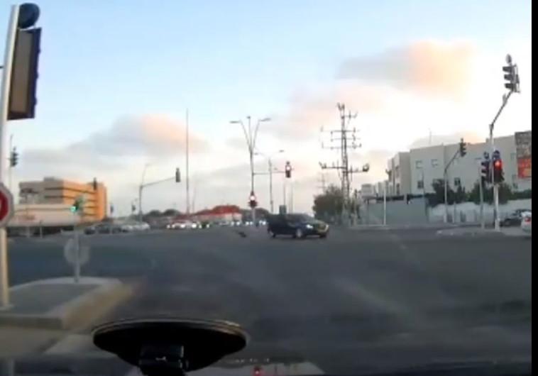 רגעי האימה. הילד נופל מן המכונית אל הכביש