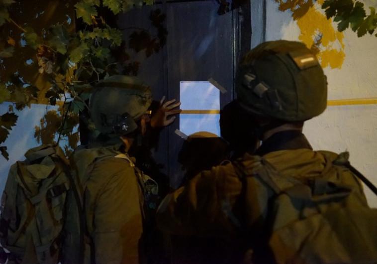 """חיילי צה""""ל מוסרים צו הריסה לבית משפחת המחבל מהפיגוע באדם"""