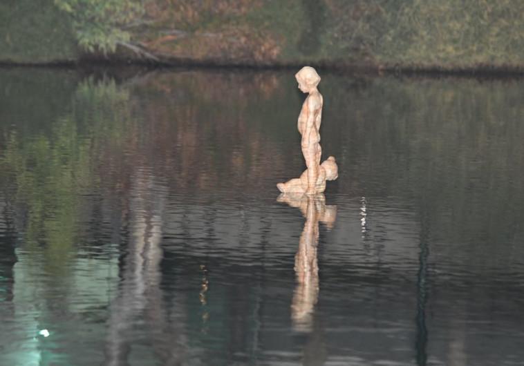 פסל לזכרה של רוז פיזם