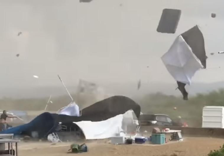 אוהלים מתעופפים בחוף הבונים
