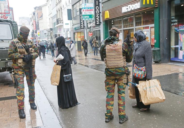 חיילים ברחובות פריז לאחר פיגוע, צילום: רויטרס