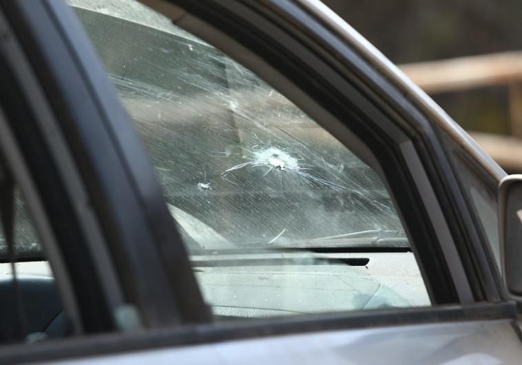 רכב ישראלי שנפגע מירי של חיילים במהלך המרדף, צילום: שלמה מלט\TPS