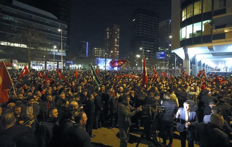 הפגנת תומכי ארדואן ברוטרדם. צילום: רויטרס