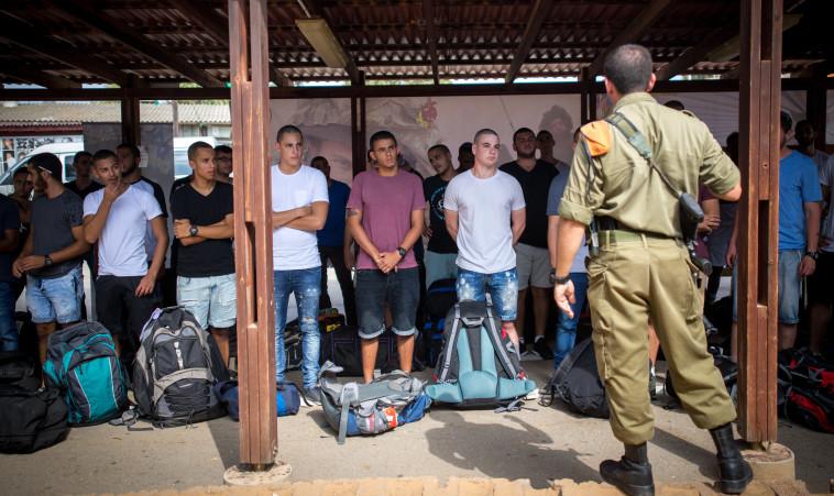 """מתגייסים בבקו""""ם. שיעור גבוה של בוגרי תנועת נוער בוחרים בחיל קרבי. צילום: מרים אלסטר, פלאש 90"""