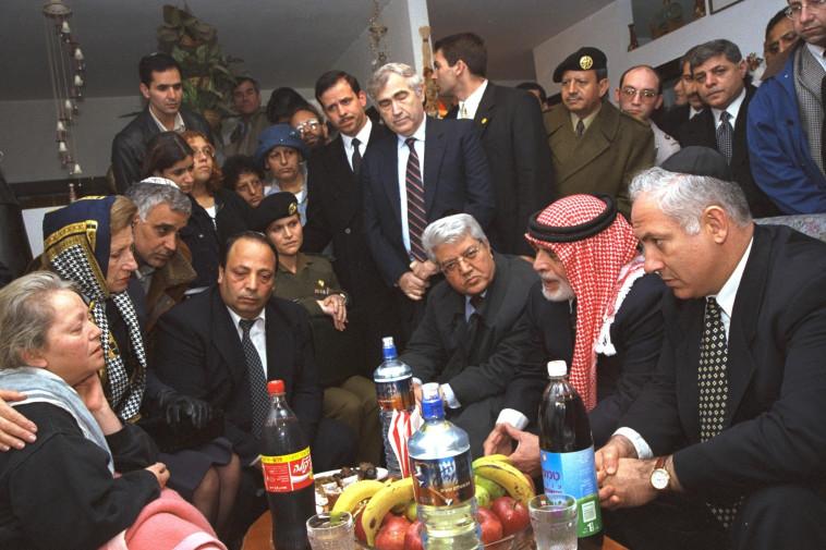 המלך חוסיין הגיע לביקור אצל המשפחות להביע את צערו. צילום: אבי אוחיון, לע''מ