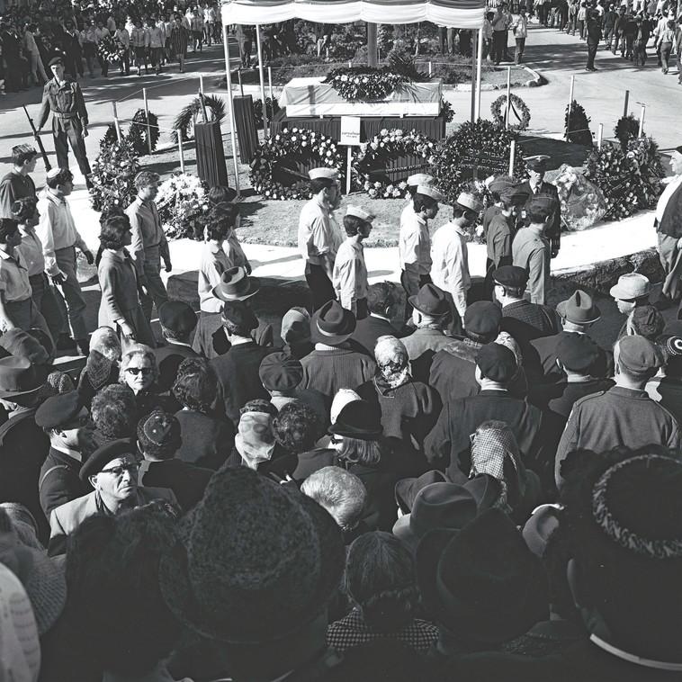 """הלוויתו של פיינברג. צילום: פריץ כהן, לע""""מ"""