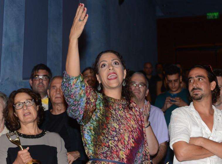 זכות פרס שחקנית המשנה, רובא בלאל עספור, מוחה נגד מירי רגב. צילום: אבשלום ששוני