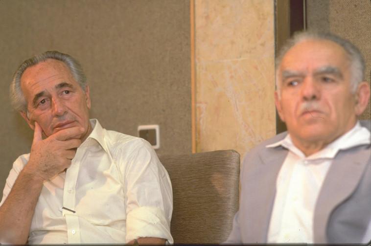 """יצחק שמיר ושמעון פרס. צילום: נתי הרניק, לע""""מ"""