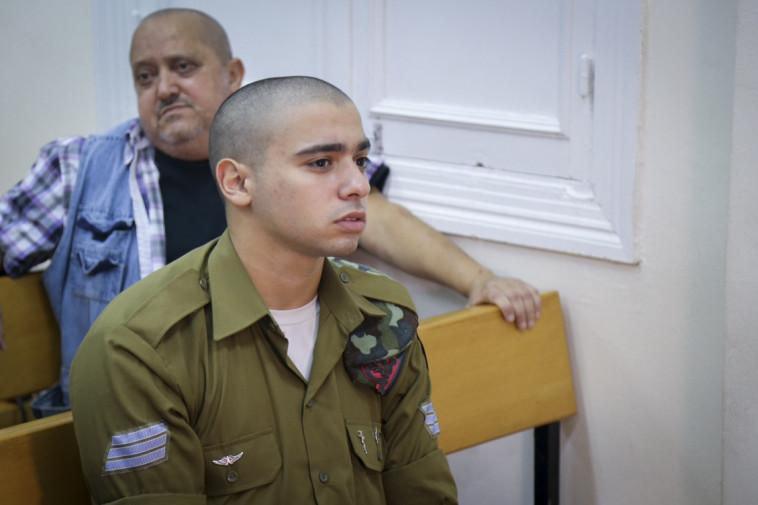 אלאור אזריה ואביו צ'ארלי בבית הדין הצבאי. צילום: פלאש 90