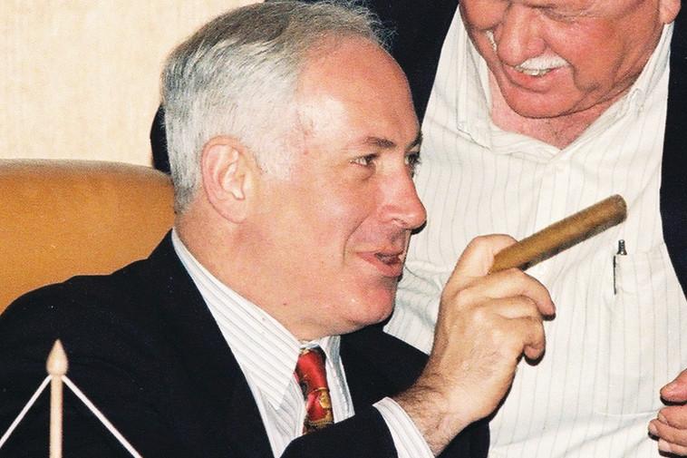 מעלימים את הפיל שבחדר. בנימין נתניהו מעשן סיגר, צילום: פלאש 90