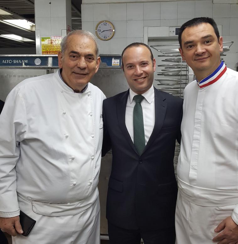 """מימין לשמאל: השף הצרפתי לורן דלברי, חן ברונר, מנכ""""ל המלון והשף שלום קדוש. צילום: רשת פתאל"""
